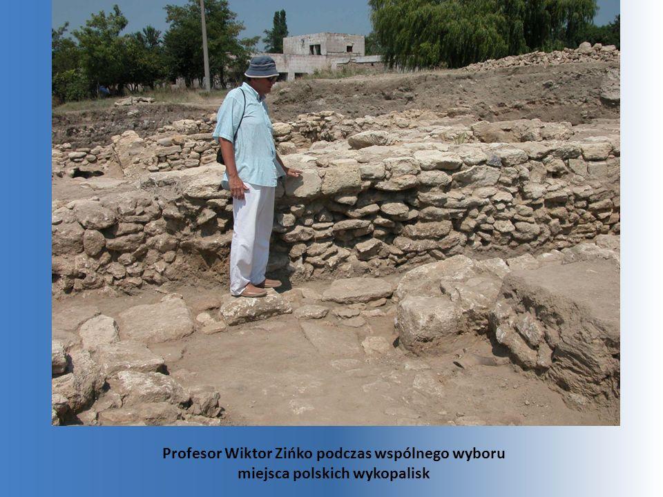 Profesor Wiktor Zińko podczas wspólnego wyboru miejsca polskich wykopalisk