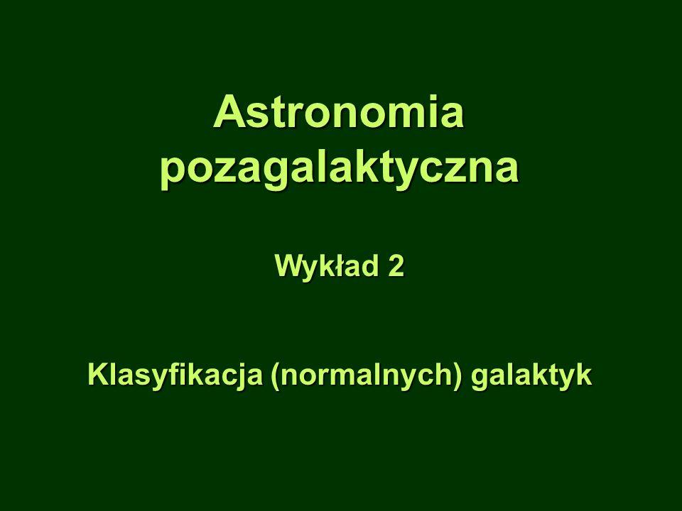 Klasyfikacja (morfologiczna) galaktyk Problemy z klasyfikacją: 1.Wygląd zależy od kierunku, z którego obserwujemy galaktykę (ważne zwłaszcza dla odległych galaktyk: rozdzielczość).