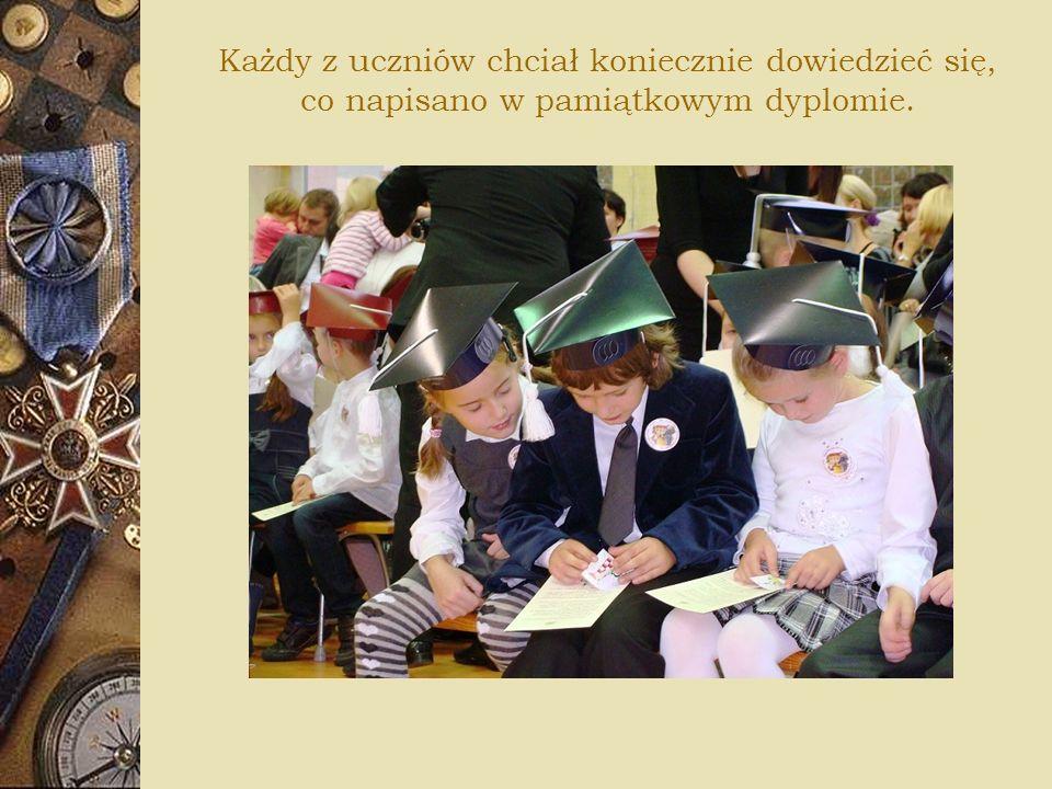 Każdy z uczniów chciał koniecznie dowiedzieć się, co napisano w pamiątkowym dyplomie.