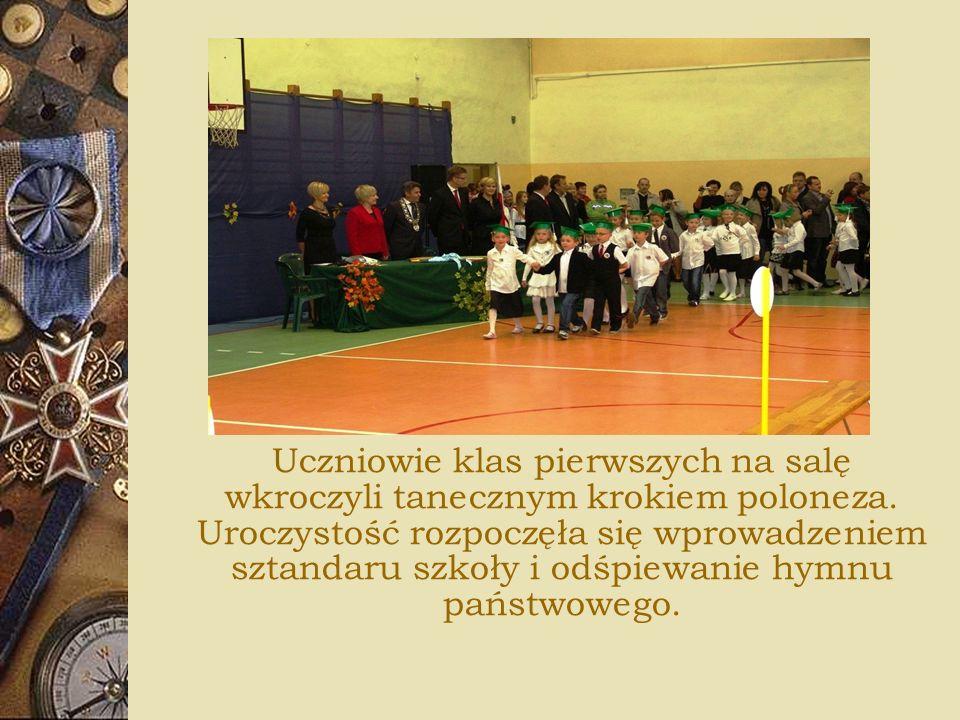Uczniowie klas pierwszych na salę wkroczyli tanecznym krokiem poloneza. Uroczystość rozpoczęła się wprowadzeniem sztandaru szkoły i odśpiewanie hymnu