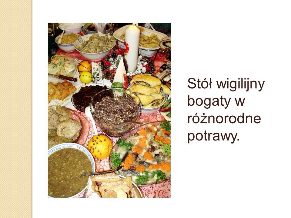 Stół wigilijny bogaty w różnorodne potrawy.