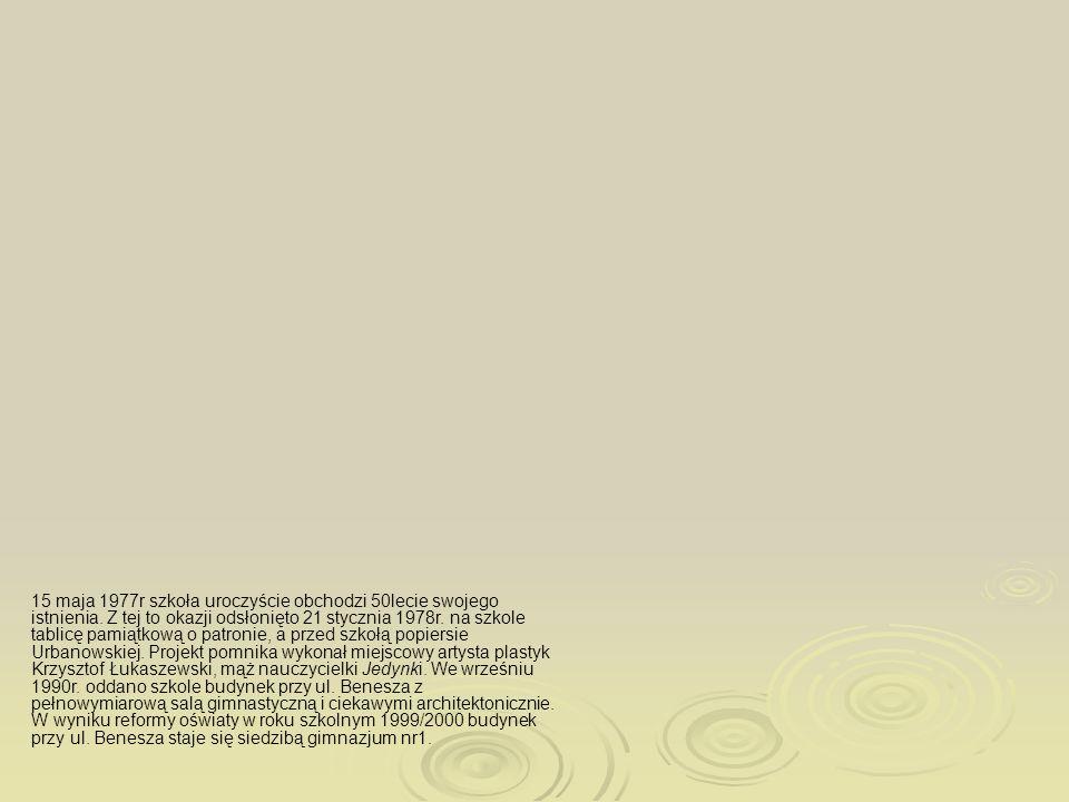 Tablica pamiątkowa odsłonięta z okazji 50 - lecia szkoły Popiersie Urbanowskiej w wykonaniu artysty plastyka Krzysztofa Łukaszewskiego 15 maja 1977r s
