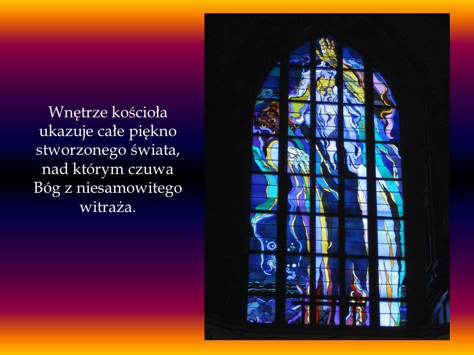 Wnętrze kościoła ukazuje całe piękno stworzonego świata, nad którym czuwa Bóg z niesamowitego witraża.