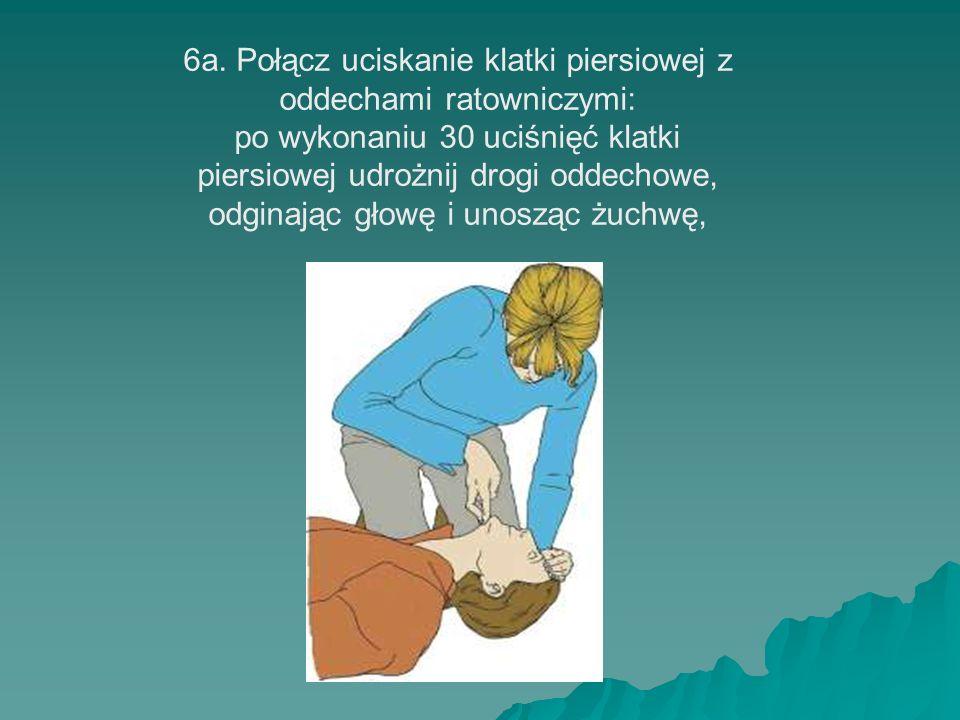 6a. Połącz uciskanie klatki piersiowej z oddechami ratowniczymi: po wykonaniu 30 uciśnięć klatki piersiowej udrożnij drogi oddechowe, odginając głowę