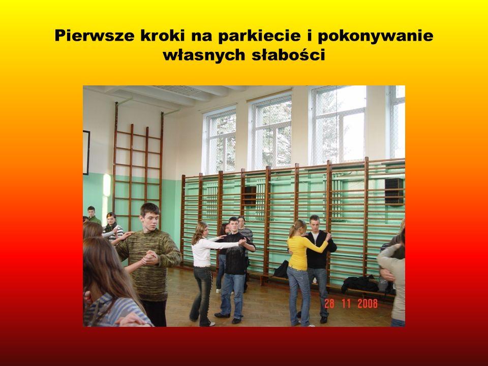 Prezentacja układu tanecznego na Miedzygimnazjalnym Konkursie Kolęda Obcojęzyczna- promocja realizowanego projektu