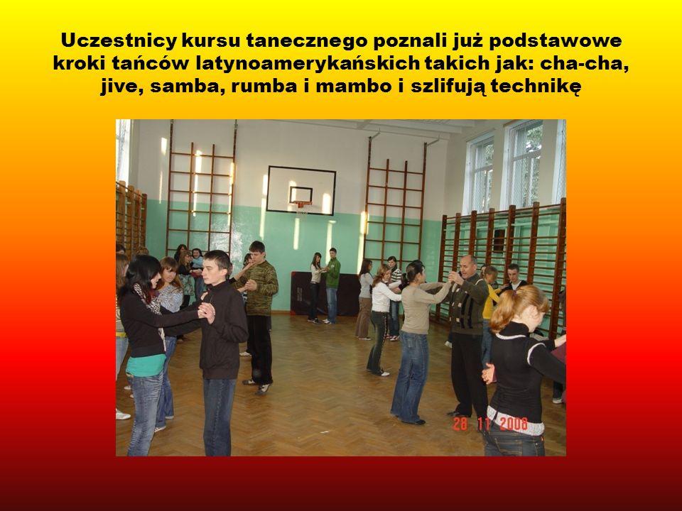 Na zajęciach tanecznych uczestnicy poznają też podstawy tańców standardowych takich jak: walc, foxtrott oraz tańców narodowych.