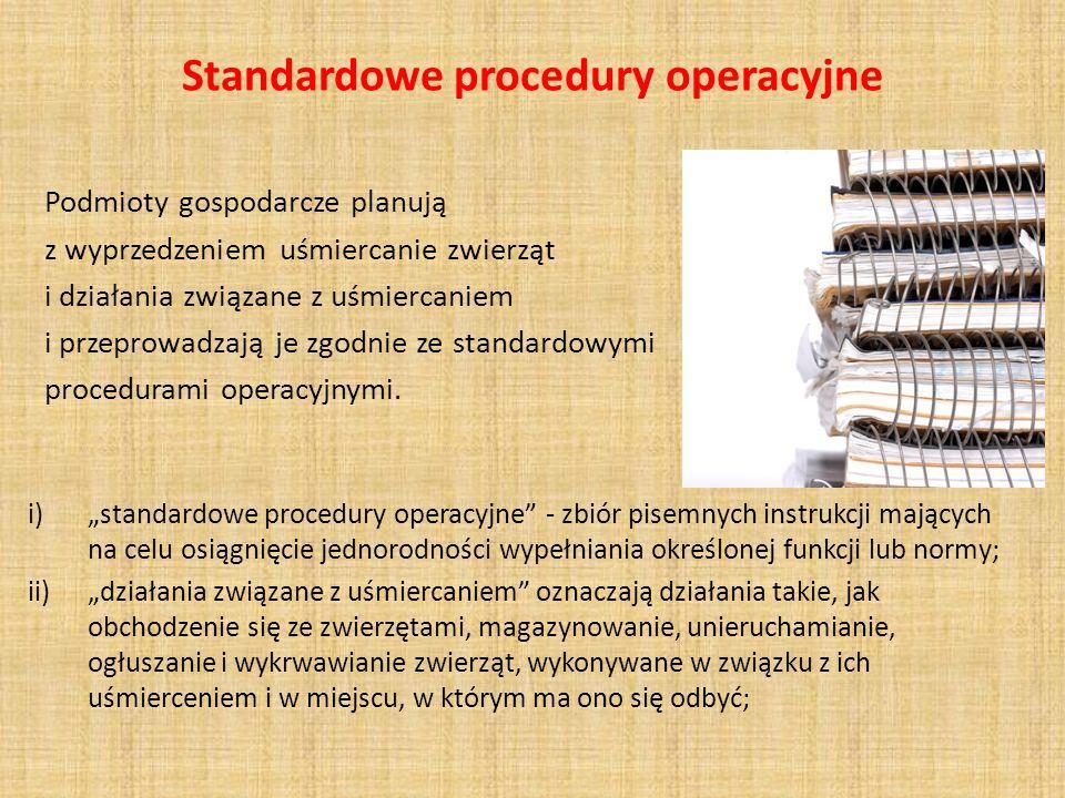 Standardowe procedury operacyjne Wytyczne dotyczące standardowych procedur operacyjnych w odniesieniu do ogłuszania : a) uwzględniają zalecenia producentów sprzętu do ogłuszania i unieruchamiania zwierząt; b) określają, w odniesieniu do każdej stosowanej metody ogłuszania, najważniejsze parametry zawarte w załączniku I rozdział I, zapewniając ich skuteczność w zakresie ogłuszania zwierząt; c) określają środki, które należy podjąć, w przypadku gdy kontrole ogłuszania, wskazują, że zwierzę nie zostało odpowiednio ogłuszone lub, w przypadku zwierząt poddawanych ubojowi rytualnemu, że zwierzę w dalszym ciągu wykazuje oznaki życia.