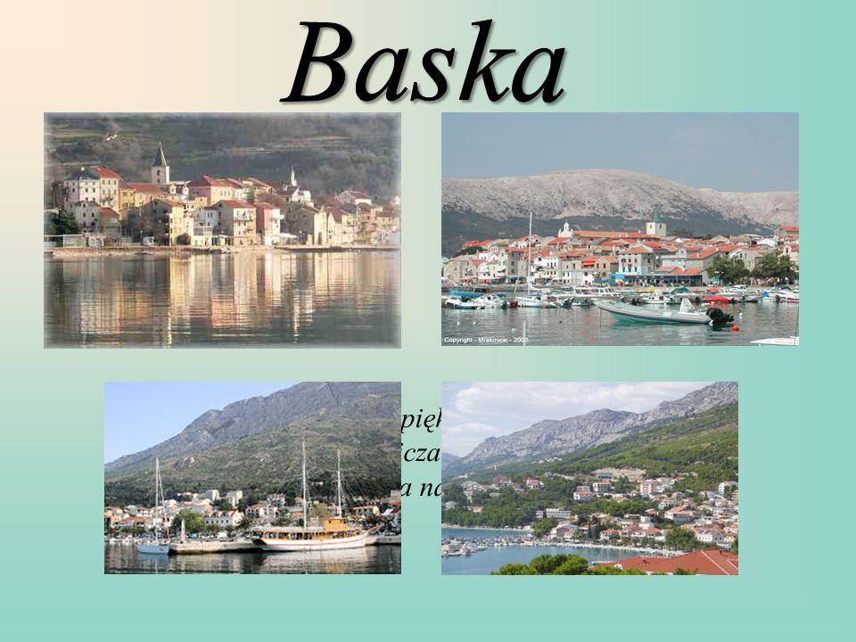 Jest to piękna i bardzo malownicza miejscowość położona na wyspie Krk.