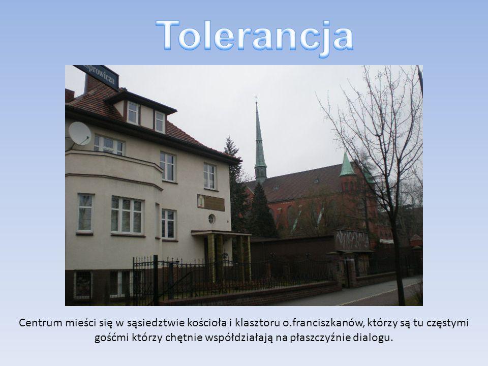 Centrum mieści się w sąsiedztwie kościoła i klasztoru o.franciszkanów, którzy są tu częstymi gośćmi którzy chętnie współdziałają na płaszczyźnie dialo