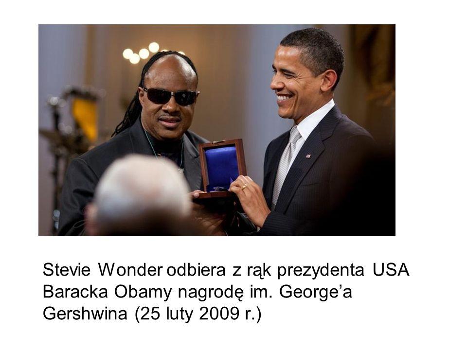 Stevie Wonder odbiera z rąk prezydenta USA Baracka Obamy nagrodę im. Georgea Gershwina (25 luty 2009 r.)