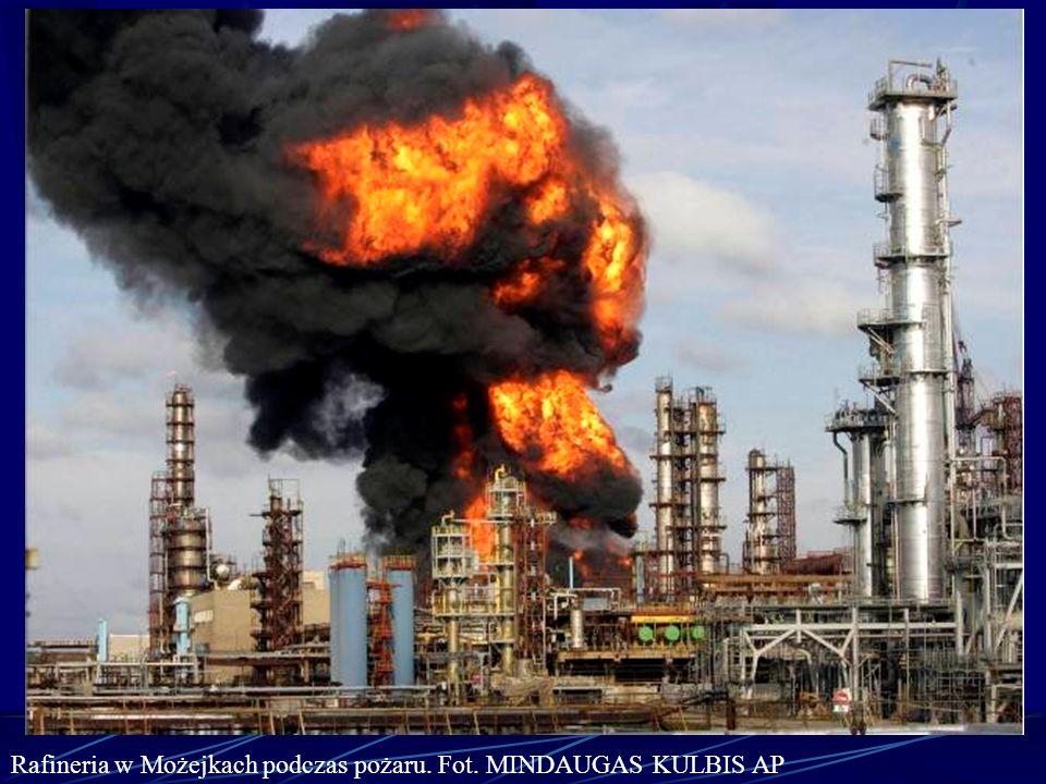 Rafineria w Możejkach podczas pożaru. Fot. MINDAUGAS KULBIS AP
