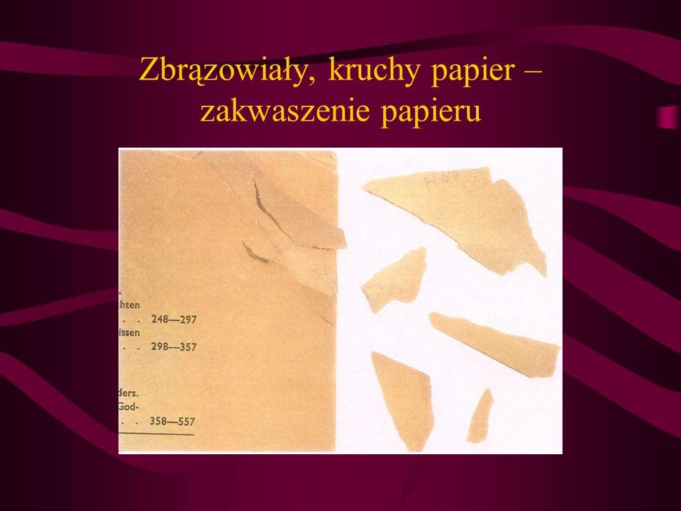 Zbrązowiały, kruchy papier – zakwaszenie papieru