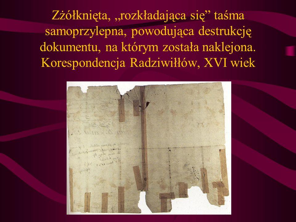 Zżółknięta, rozkładająca się taśma samoprzylepna, powodująca destrukcję dokumentu, na którym została naklejona. Korespondencja Radziwiłłów, XVI wiek