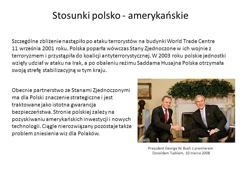 Stosunki polsko - amerykańskie Szczególne zbliżenie nastąpiło po ataku terrorystów na budynki World Trade Centre 11 września 2001 roku. Polska poparła
