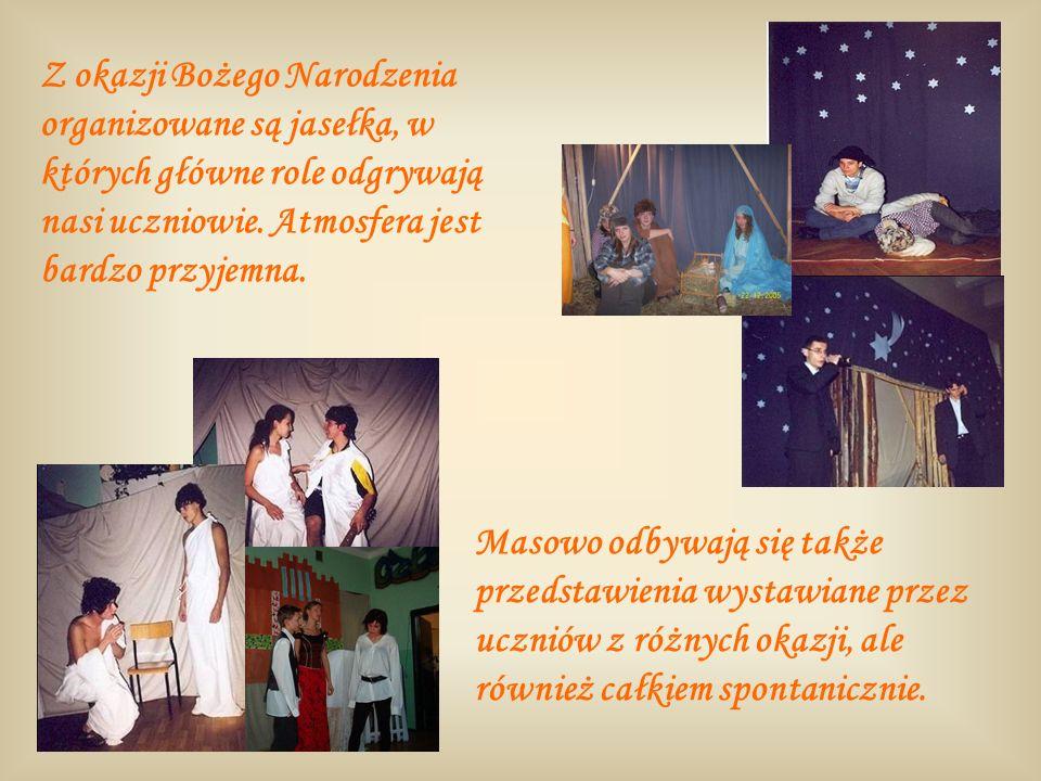 Masowo odbywają się także przedstawienia wystawiane przez uczniów z różnych okazji, ale również całkiem spontanicznie. Z okazji Bożego Narodzenia orga