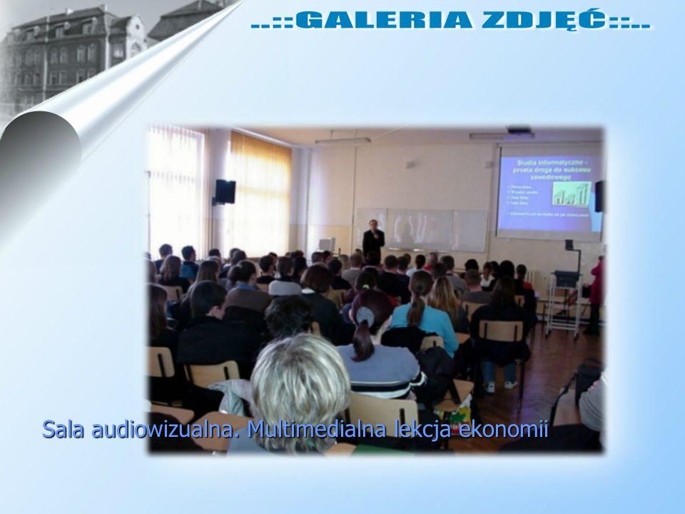 Sala audiowizualna. Multimedialna lekcja ekonomii