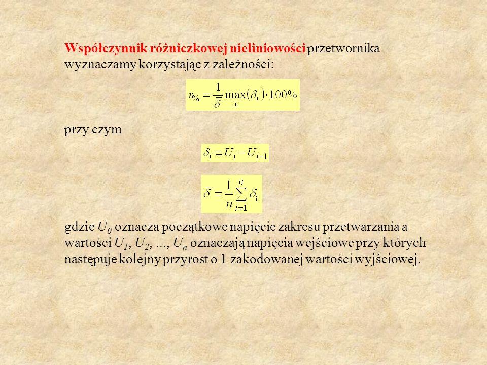 Współczynnik różniczkowej nieliniowości przetwornika wyznaczamy korzystając z zależności: przy czym gdzie U 0 oznacza początkowe napięcie zakresu prze