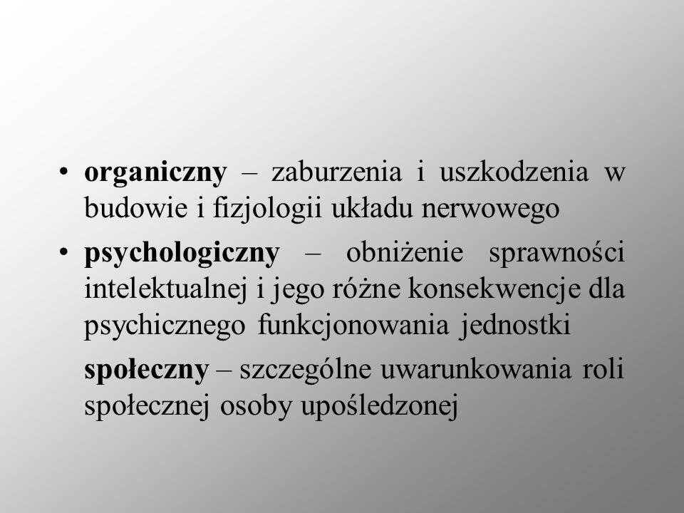 organiczny – zaburzenia i uszkodzenia w budowie i fizjologii układu nerwowego psychologiczny – obniżenie sprawności intelektualnej i jego różne konsek