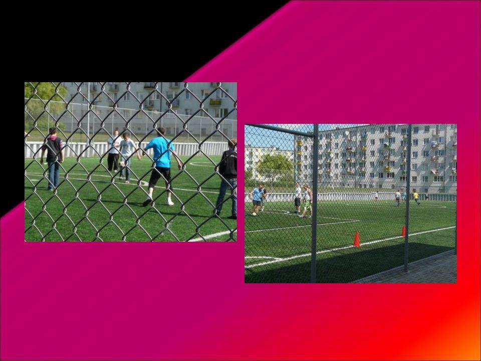 Piątek – dzień aktywności fizycznej – na przerwach uczniowie aktywnie spędzali czas na boisku szkolnym grając w piłkę, skacząc na skakankach, kręcąc h