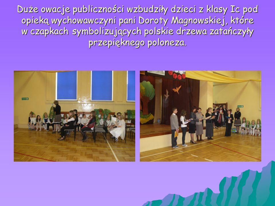 Duże owacje publiczności wzbudziły dzieci z klasy Ic pod opieką wychowawczyni pani Doroty Magnowskiej, które w czapkach symbolizujących polskie drzewa