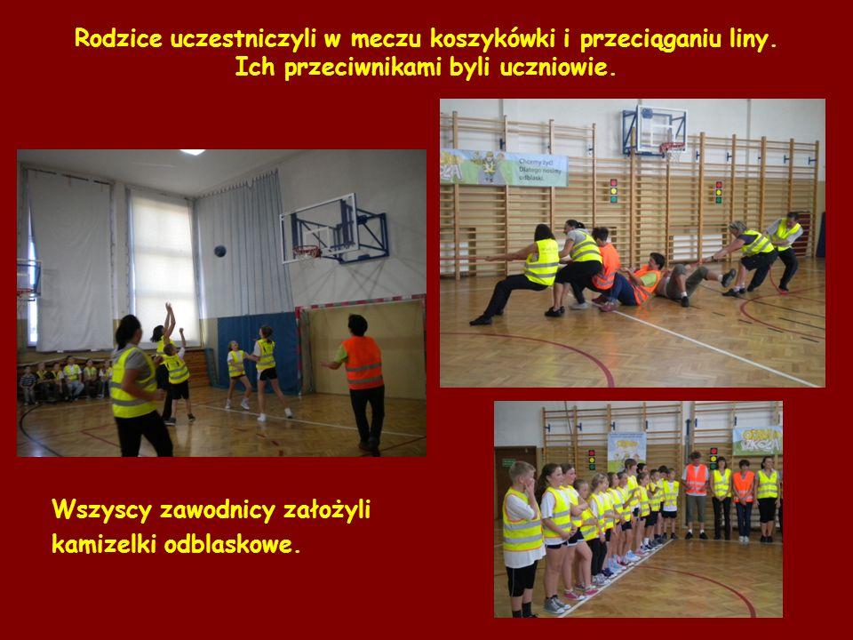 Rodzice uczestniczyli w meczu koszykówki i przeciąganiu liny. Ich przeciwnikami byli uczniowie. Wszyscy zawodnicy założyli kamizelki odblaskowe.