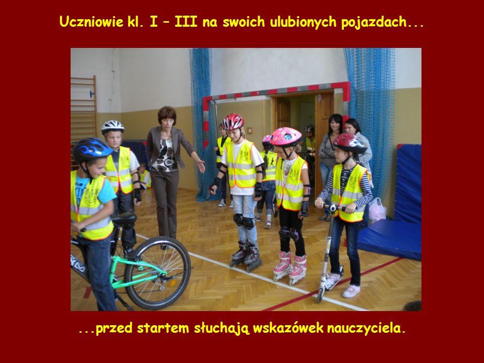 Uczniowie kl. I – III na swoich ulubionych pojazdach......przed startem słuchają wskazówek nauczyciela.
