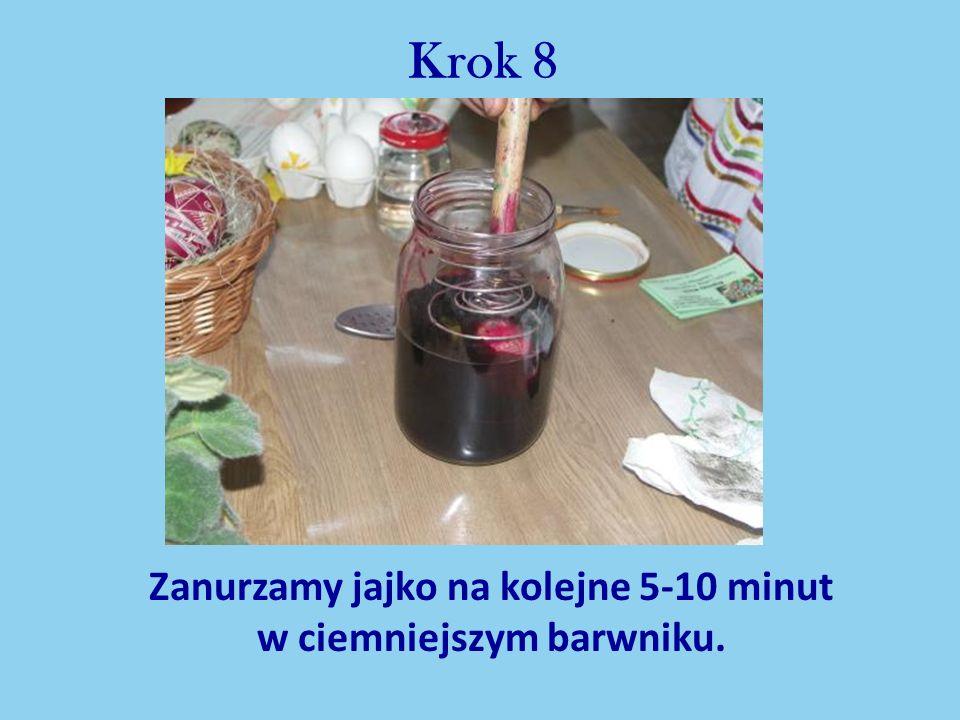 Krok 8 Zanurzamy jajko na kolejne 5-10 minut w ciemniejszym barwniku.