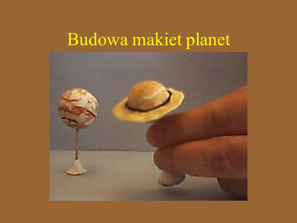 Planety wykonano z modeliny, podstawki z wykałaczek, modeliny i monet 5 groszowych Korzystając ze zdjęć Pomalowano je tak by przypominały prawdziwe obiekty
