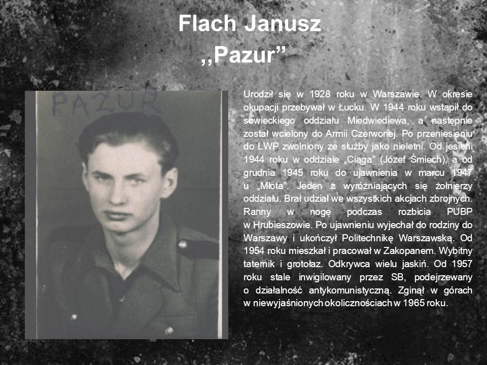 Flach Janusz,,Pazur Urodził się w 1928 roku w Warszawie. W okresie okupacji przebywał w Łucku. W 1944 roku wstąpił do sowieckiego oddziału Miedwiediew