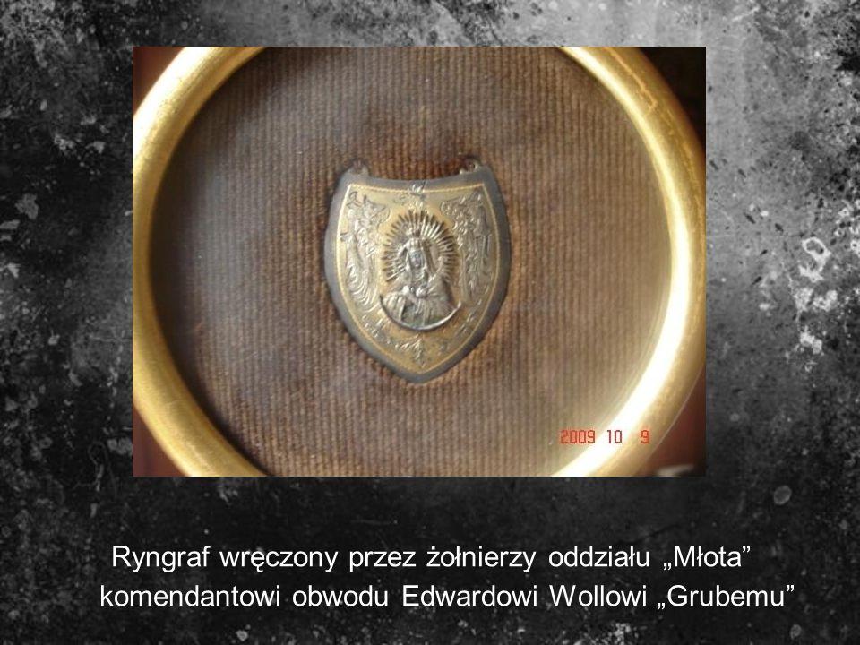 Ryngraf wręczony przez żołnierzy oddziału Młota komendantowi obwodu Edwardowi Wollowi Grubemu