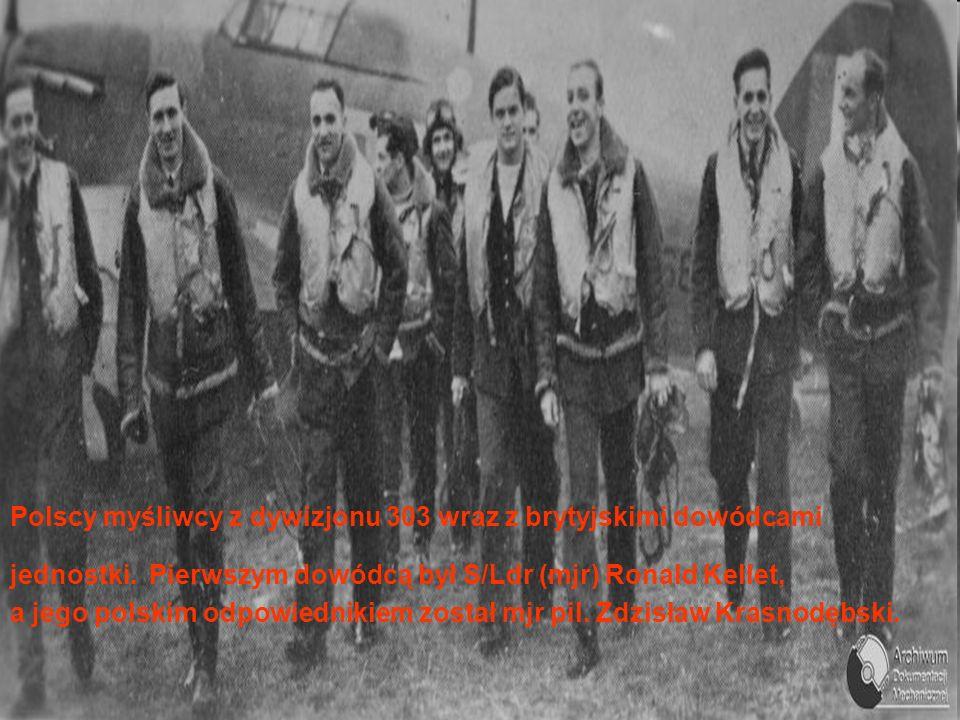 Polscy myśliwcy z dywizjonu 303 wraz z brytyjskimi dowódcami jednostki.
