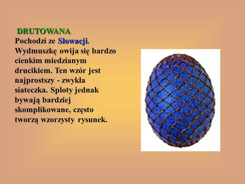 DRUTOWANA Słowacji DRUTOWANA Pochodzi ze Słowacji. Wydmuszkę owija się bardzo cienkim miedzianym drucikiem. Ten wzór jest najprostszy - zwykła siatecz