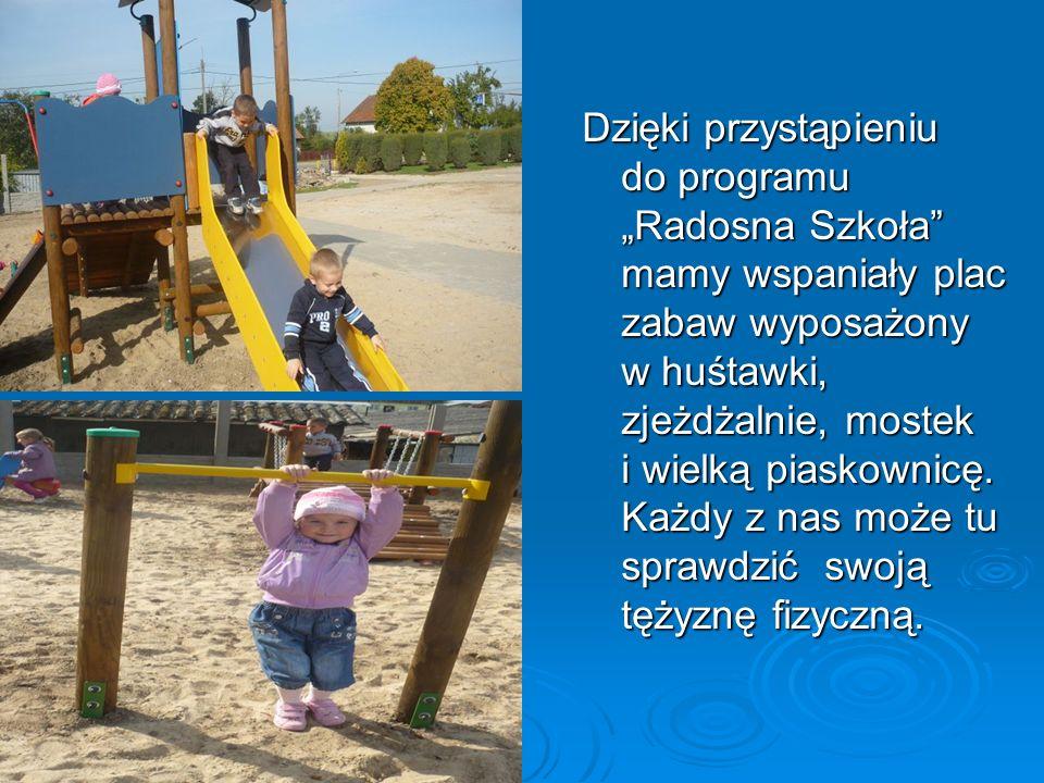 Dzięki przystąpieniu do programu Radosna Szkoła mamy wspaniały plac zabaw wyposażony w huśtawki, zjeżdżalnie, mostek i wielką piaskownicę. Każdy z nas