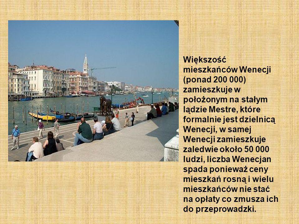 Większość mieszkańców Wenecji (ponad 200 000) zamieszkuje w położonym na stałym lądzie Mestre, które formalnie jest dzielnicą Wenecji, w samej Wenecji