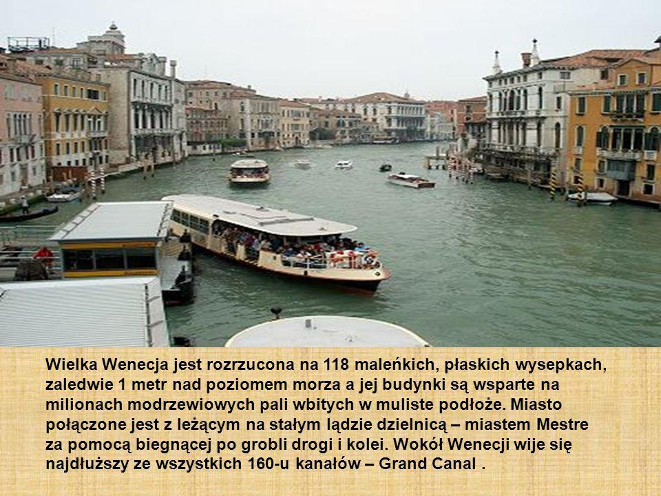 Wielka Wenecja jest rozrzucona na 118 maleńkich, płaskich wysepkach, zaledwie 1 metr nad poziomem morza a jej budynki są wsparte na milionach modrzewi