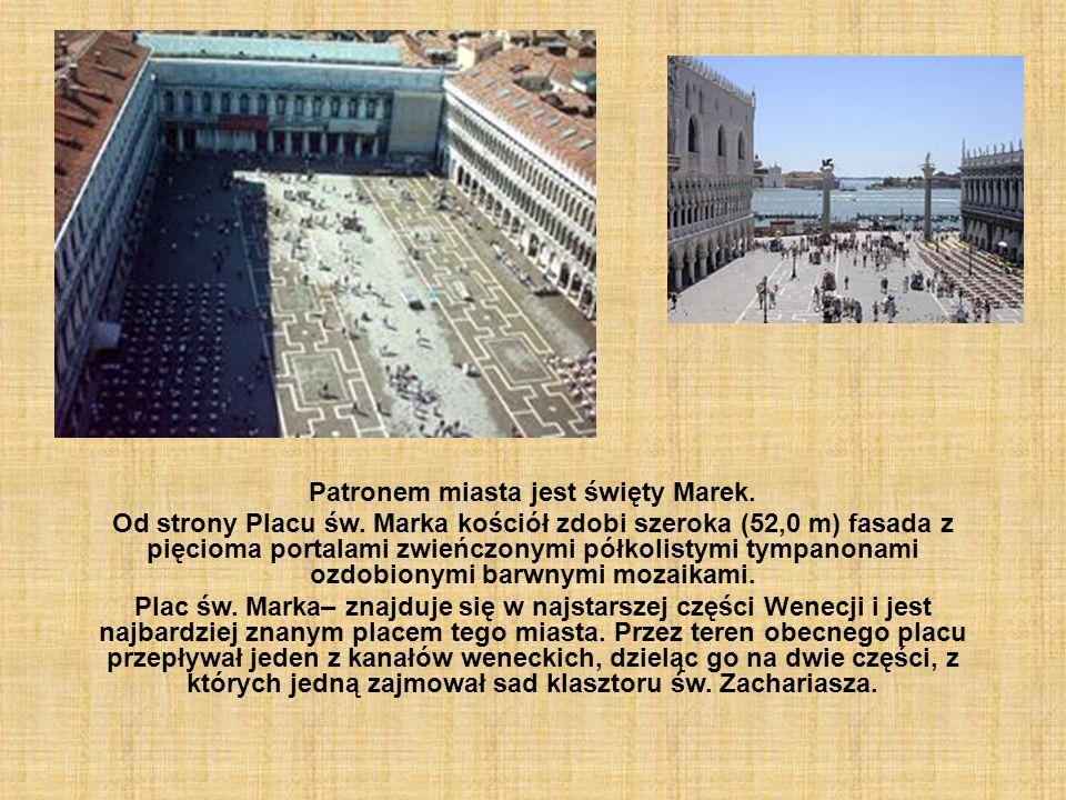 Patronem miasta jest święty Marek. Od strony Placu św. Marka kościół zdobi szeroka (52,0 m) fasada z pięcioma portalami zwieńczonymi półkolistymi tymp
