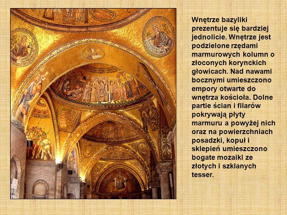 Wnętrze bazyliki prezentuje się bardziej jednolicie. Wnętrze jest podzielone rzędami marmurowych kolumn o złoconych korynckich głowicach. Nad nawami b