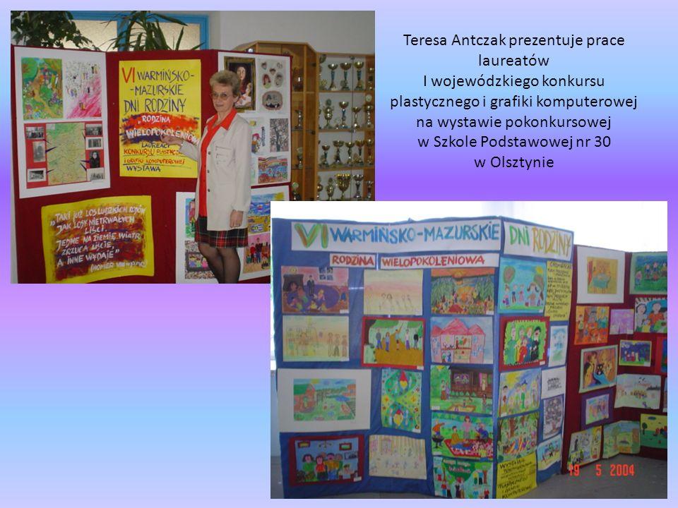 Teresa Antczak prezentuje prace laureatów I wojewódzkiego konkursu plastycznego i grafiki komputerowej na wystawie pokonkursowej w Szkole Podstawowej