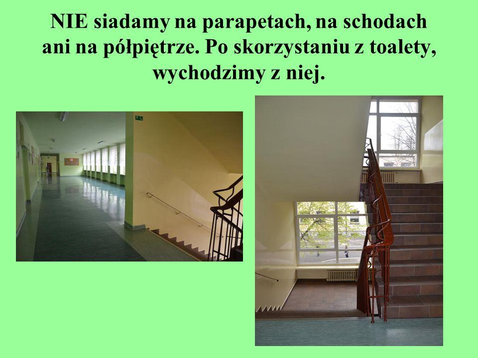 NIE siadamy na parapetach, na schodach ani na półpiętrze. Po skorzystaniu z toalety, wychodzimy z niej.