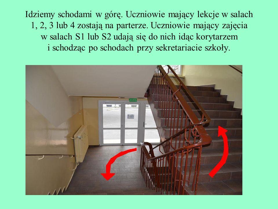 Idziemy schodami w górę. Uczniowie mający lekcje w salach 1, 2, 3 lub 4 zostają na parterze. Uczniowie mający zajęcia w salach S1 lub S2 udają się do