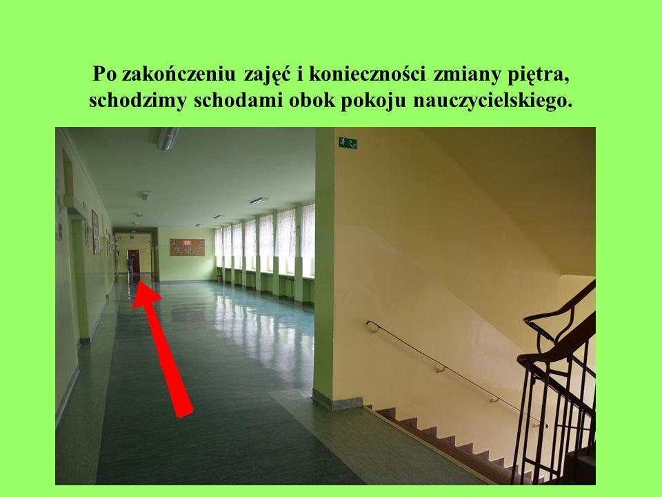 Z I piętra na parter schodzimy obok pokoju nauczycielskiego.