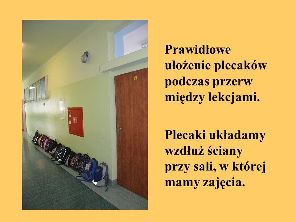 Prawidłowe ułożenie plecaków podczas przerw między lekcjami. Plecaki układamy wzdłuż ściany przy sali, w której mamy zajęcia.