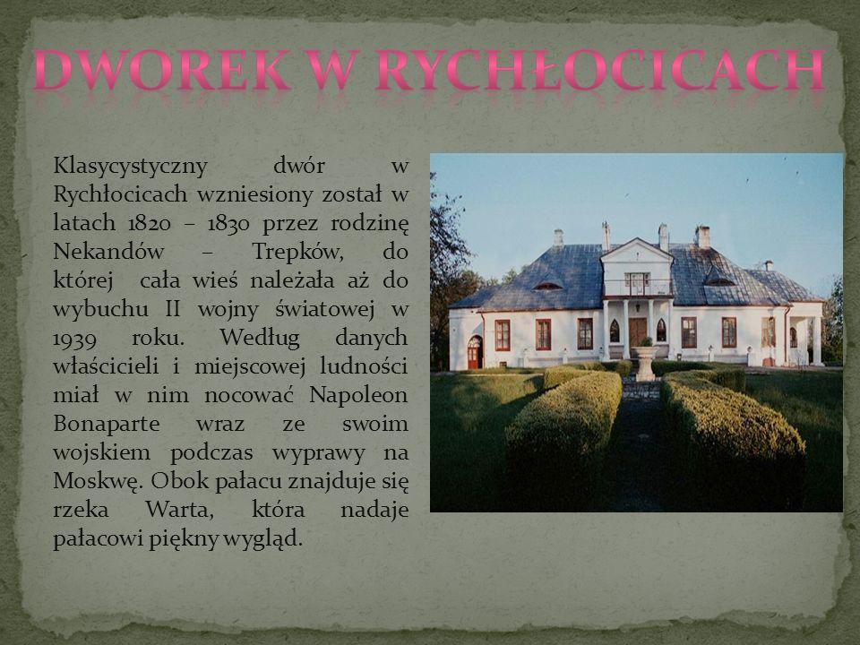 Klasycystyczny dwór w Rychłocicach wzniesiony został w latach 1820 – 1830 przez rodzinę Nekandów – Trepków, do której cała wieś należała aż do wybuchu