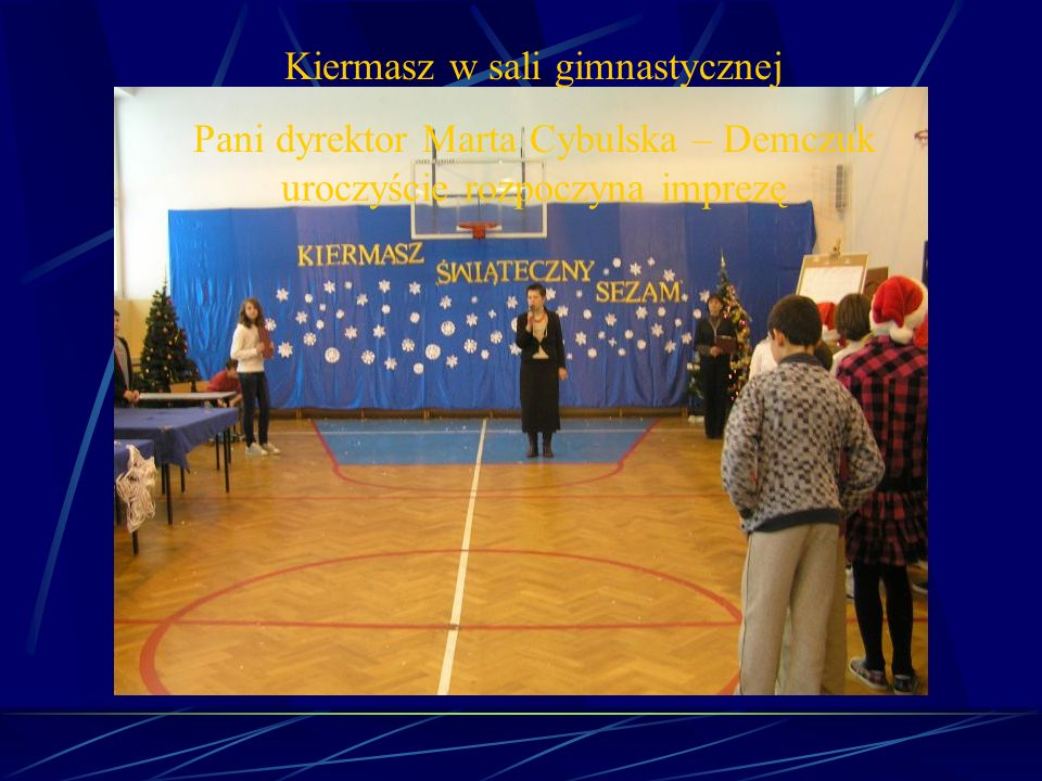 Kiermasz w sali gimnastycznej Pani dyrektor Marta Cybulska – Demczuk uroczyście rozpoczyna imprezę