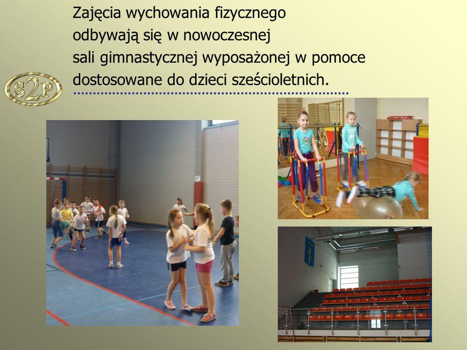 Zajęcia wychowania fizycznego odbywają się w nowoczesnej sali gimnastycznej wyposażonej w pomoce dostosowane do dzieci sześcioletnich.