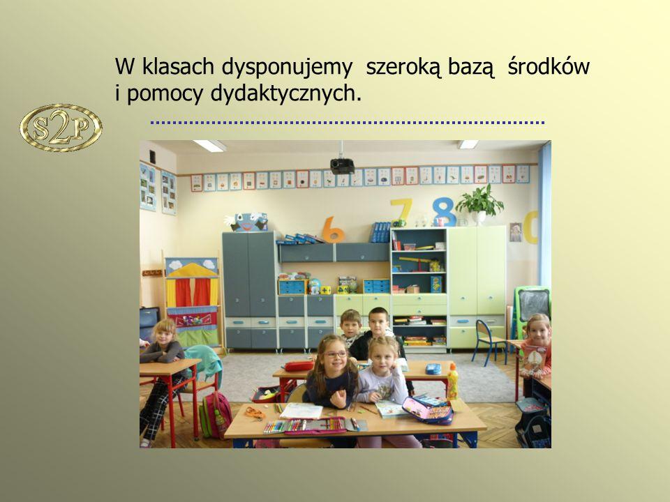 W klasach dysponujemy szeroką bazą środków i pomocy dydaktycznych.