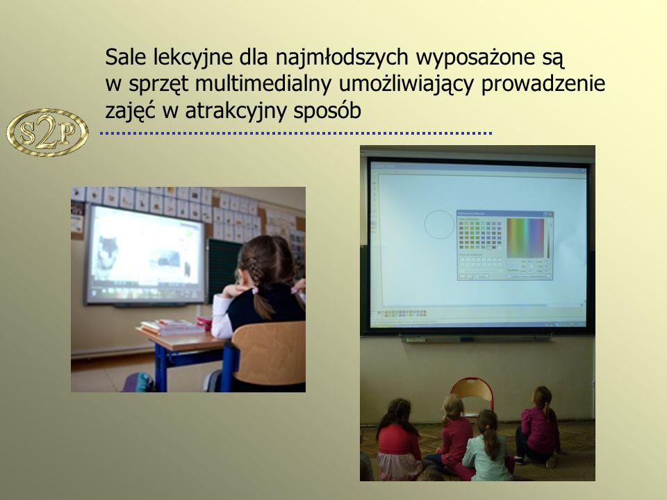 Sale lekcyjne dla najmłodszych wyposażone są w sprzęt multimedialny umożliwiający prowadzenie zajęć w atrakcyjny sposób