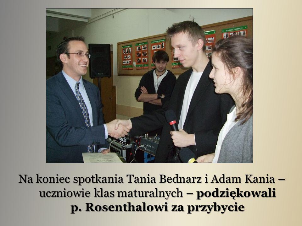 Na koniec spotkania Tania Bednarz i Adam Kania – uczniowie klas maturalnych – podziękowali p. Rosenthalowi za przybycie