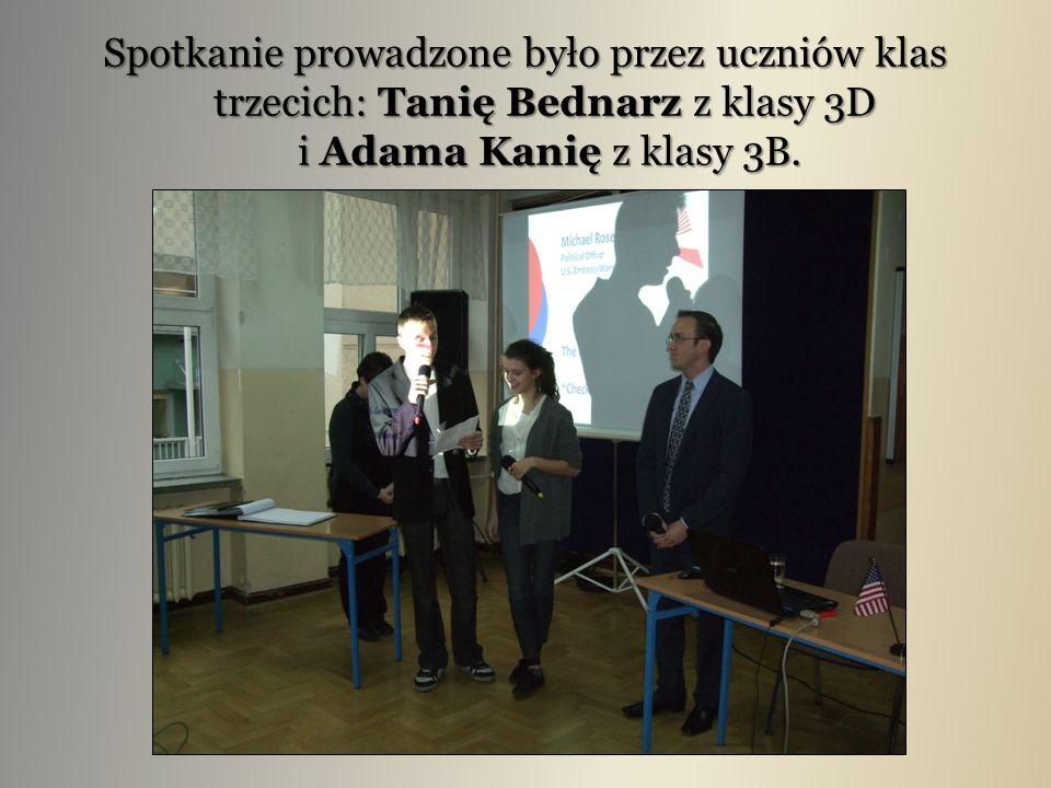 Spotkanie prowadzone było przez uczniów klas trzecich: Tanię Bednarz z klasy 3D i Adama Kanię z klasy 3B.