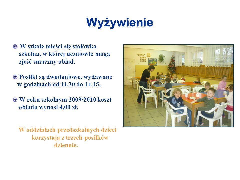Wy ż ywienie W szkole mieści się stołówka szkolna, w której uczniowie mogą zjeść smaczny obiad. Posiłki są dwudaniowe, wydawane w godzinach od 11.30 d